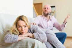 Mann, der die deprimierte Frau tröstet Lizenzfreies Stockbild