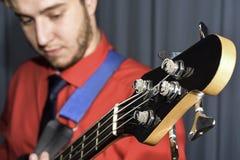 Mann, der die elektrische Gitarre spielt Stockfotos