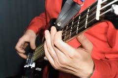 Mann, der die elektrische Gitarre spielt Stockfoto