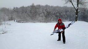 Mann, der die Endflagge am Winter wellenartig bewegt stock video