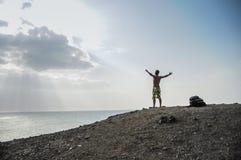 Mann, der die Freiheit in einem Ödland bei Guajira, Kolumbien genießt. S stockbild