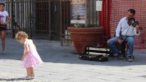 Mann, der die Geige in der Straße von San Remo spielt stock video footage