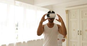Mann, der die Glasfrau der virtuellen Realität hält digitales Technologiekonzept des Tablet-Computers 3d, Mischungsrennpaar-Haupt stock footage