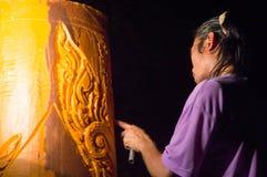 Mann, der die große Kerze in Thailand schnitzt Lizenzfreies Stockbild