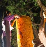 Mann, der die große Kerze in Thailand schnitzt Stockfotos