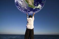 Mann, der die Planetenerde anhält Lizenzfreies Stockbild