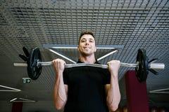 Mann, der die Presse pumpt Porträt eines Athleten stockfotografie