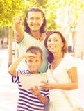 Mann, der die Richtung für Familie zeigt Lizenzfreie Stockbilder