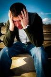 Mann, der die Schmerz und Druck erfährt Stockbild