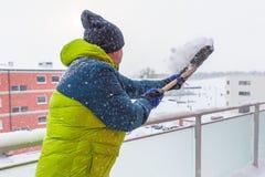 Mann, der die Show auf der Terrasse schaufelt Lizenzfreie Stockfotos