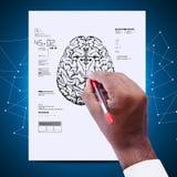 Mann, der die Skizze des Gehirns zeichnet lizenzfreies stockbild