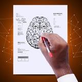 Mann, der die Skizze des Gehirns zeichnet lizenzfreie stockbilder