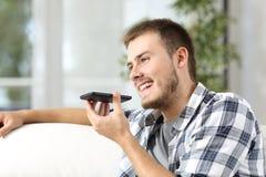 Mann, der die Spracherkennung des Telefons verwendet Lizenzfreie Stockfotos