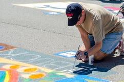 Mann, der die Straße malt Lizenzfreies Stockfoto