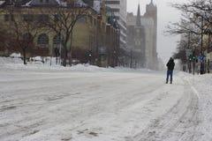 Mann, der in die Straße nach einem Blizzard geht Lizenzfreie Stockbilder