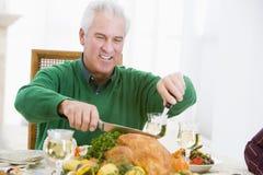 Mann, der die Türkei am Weihnachtsabendessen aufteilt Stockfotos