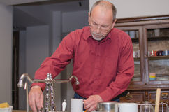 Mann, der die Teller wäscht Lizenzfreie Stockfotos