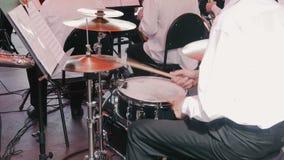 Mann, der die Trommeln spielt stock video footage
