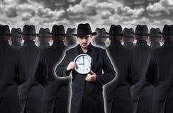 Mann, der die Uhr zeigt Lizenzfreies Stockbild