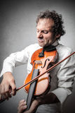 Mann, der die Violine spielt Lizenzfreie Stockbilder
