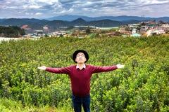 Mann, der die Wärme von Sun und von Frischluft in der Landschaft genießt lizenzfreies stockfoto
