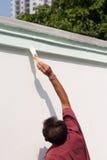 Mann, der die Wand malt. Stockfoto