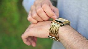 Mann, der die Zeit auf seiner Armbanduhr überprüft stock video