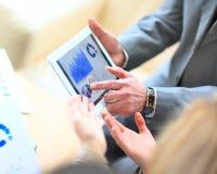 Mann, der digitale Tablette hält stockbild
