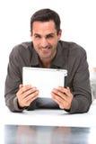 Mann, der digitale Tablette mit beiden Händen hält Lizenzfreie Stockbilder