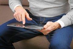 Mann, der digitale Tablette verwendet Lizenzfreie Stockbilder