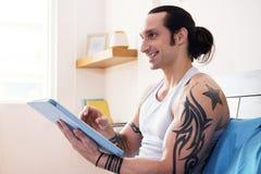Mann, der digitale Tablette verwendet stockfoto