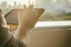 Mann, der digitales Tablettengerät in den Händen hält stockbild