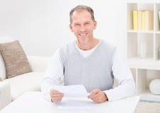Mann, der Dokument verwahrt Stockbilder