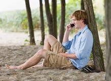 Mann, der draußen auf Handy spricht Lizenzfreie Stockfotos