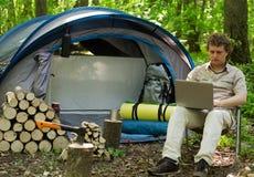 Mann, der draußen in einem Zeltlager arbeitet stockfotos