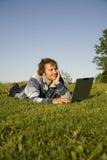 Mann, der draußen einen Laptop verwendet Lizenzfreie Stockfotografie