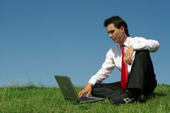 Mann, der draußen Laptop verwendet Lizenzfreies Stockfoto