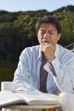 Mann, der draußen am Morgen liest Lizenzfreie Stockfotografie