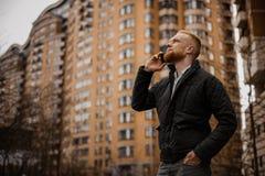 Mann, der draußen am Telefon spricht Lizenzfreies Stockbild