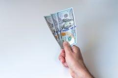 Mann, der drei hundert US-Dollars gibt Stockfotos