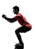Mann, der duckendes Schattenbild der Eignungstrainings-Laufleinen ausübt Stockfotografie