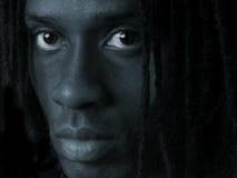 Mann in der Dunkelheit Stockbild