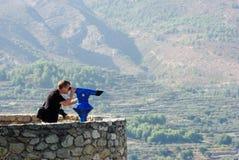 Mann, der durch Ansicht-Teleskop schaut Lizenzfreie Stockbilder