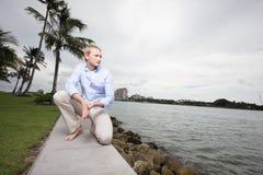 Mann, der durch den Schacht in Miami Beach aufwirft Lizenzfreie Stockbilder