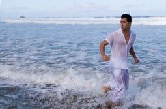 Mann, der durch die Küste läuft Lizenzfreie Stockfotografie