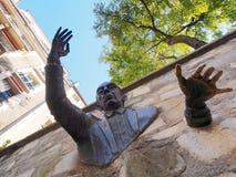 Mann, der durch die Wand überschreitet Montmartre, Paris, Frankreich am 10. Oktober 2015 Lizenzfreies Stockfoto