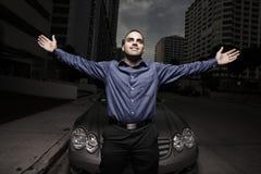 Mann, der durch ein Auto nachts aufwirft Stockbild