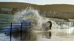Mann, der durch eine Welle geschlagen wird Lizenzfreies Stockbild
