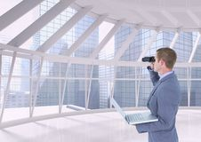 Mann, der durch Ferngläser gegen Gebäudehintergrund schaut lizenzfreies stockbild