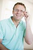 Mann, der durch neue Gläser schaut Stockbilder